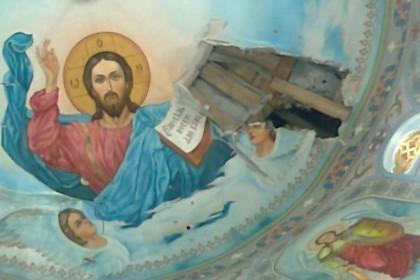 Прихожане восстанавливают пострадавший от обстрелов храм в Горловской епархии