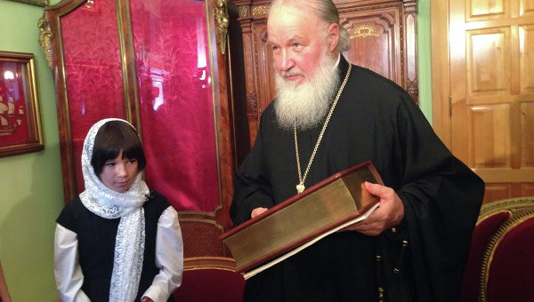 Патриарх встретился с девочкой, которую просил удочерить