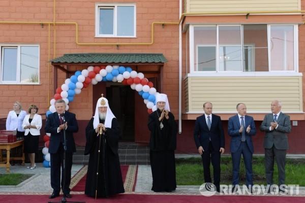 Патриарх Кирилл вручил пострадавшим от наводнения хабаровчанам ключи от квартир, приобретенных Церковью