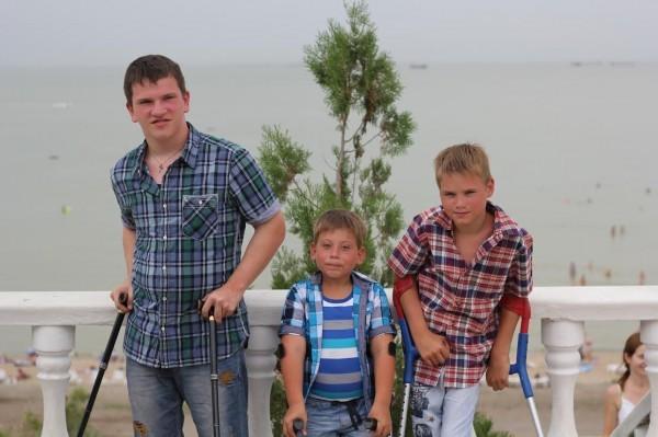 Невозможно не любить — усыновив одного ребенка-инвалида, мама взяла из детдома еще троих