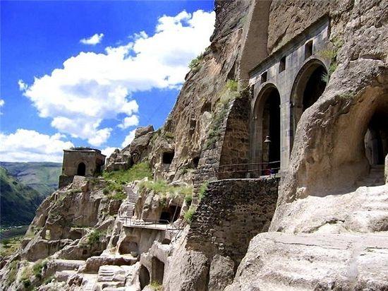 В Грузии спасут от разрушения пещерный монастырь