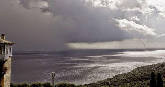 На Афоне зафиксировано редкое природное явление – водяной смерч