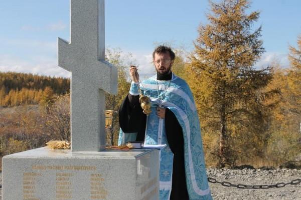 В Якутии освятили поклонный крест у моста в память о погибших на переправе