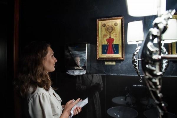 В Екатеринбурге появились рекламные плакаты, стилизованные под православные иконы