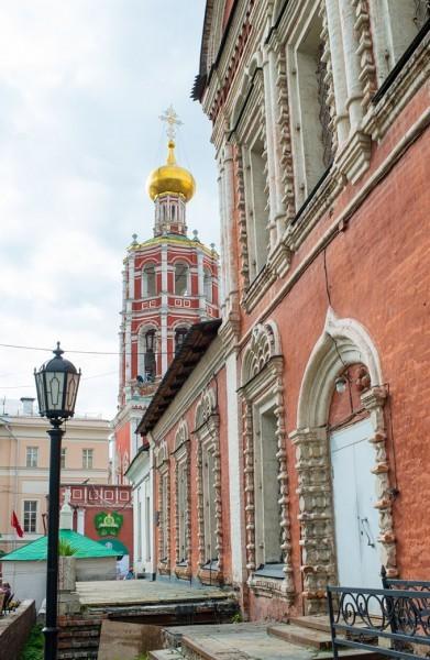 Красный цветок Петровского храма