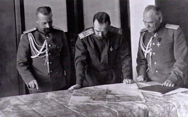 Император Николай Второй и генерал Алексеев (справа) в Ставке