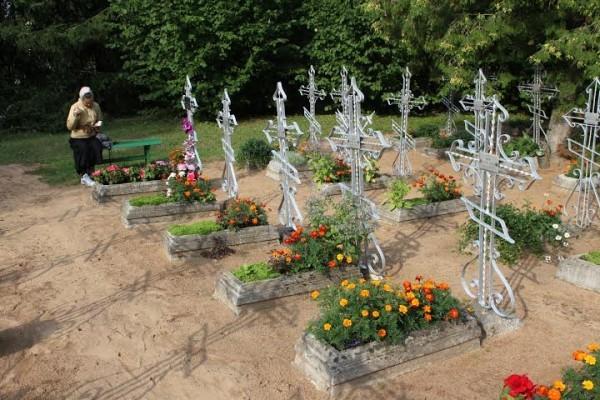 На кладбище: у послушницы Елены Блаженной всегда есть посетители