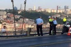 Полицейский из Турции сделал селфи на фоне самоубийцы