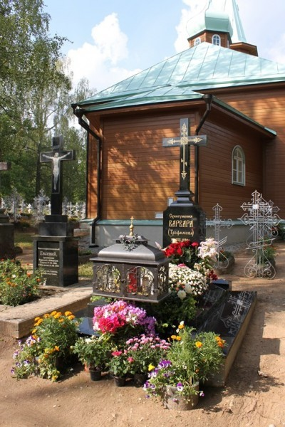 Могила игумении Филареты, строительницы монастыря, всегда в цветах
