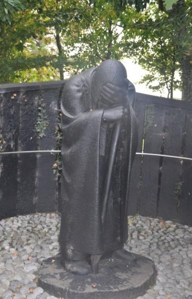 Пилигрим, плачущий о грехах Ирландии Деревянная статуя в Клонмакнойзе Фото автора