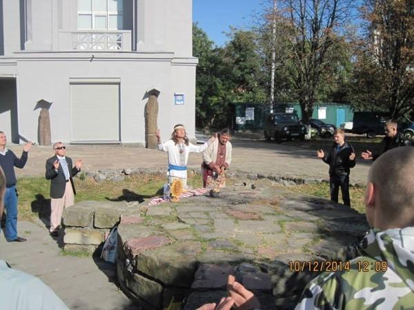 Язычники установили статую Перуна рядом с Десятинной церковью в Киеве