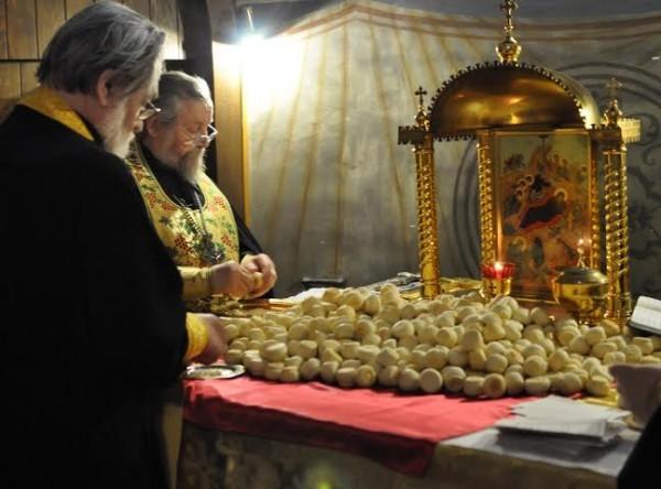 Владыка Лонгин с отцом Власием в алтаре