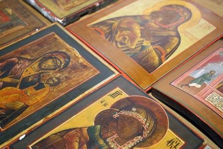 Иконы, спрятанные в период гонения на Церковь, обнаружены в стене жилого дома в Салехарде