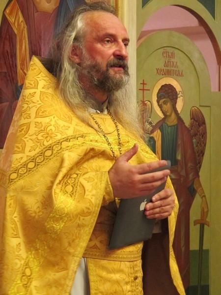 На проповедь отец Вячеслав Перевезенцев может выйти с айпадом - если нужно процитировать, например, мысль Достоевского