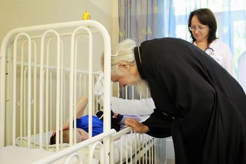 Церковь готова активнее бороться с отказами от новорожденных