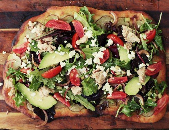 Легкая пицца с тунцом и салатом: Видеорецепт от Анны Людковской