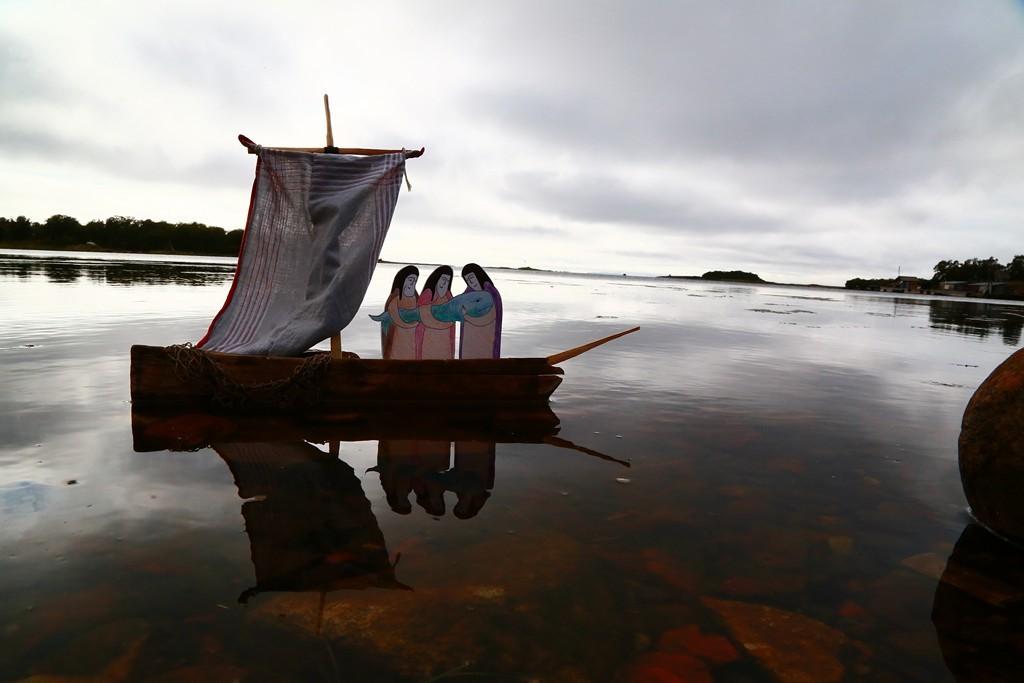 монах в лодке картинка есть несколько стадий