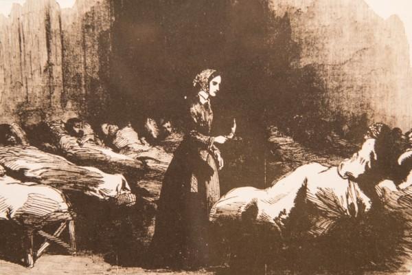 Вернувшиеся с фронта солдаты рассказывали о Флоренс Найтингейл легенды, называя её «леди со светильником», потому что по ночам с лампой в руках она всегда, как добрый светлый ангел, сама обходила палаты с больными
