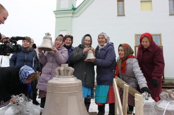 На звонницу храма, построенного благодаря «Бурановским бабушкам», подняли колокола