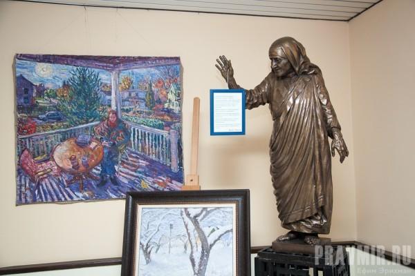 Коллекцию живописи в холлах дополняет статуя Матери Терезы