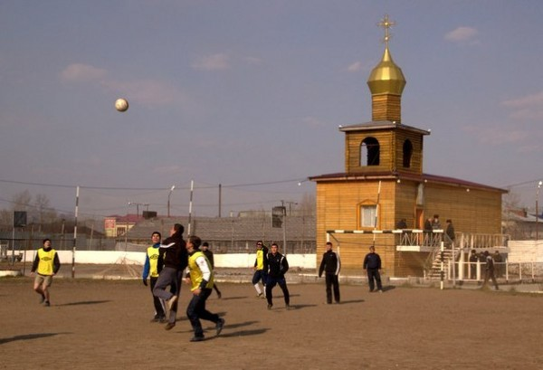 Представители Хабаровской епархии сыграли в футбол с заключенными исправительной колонии