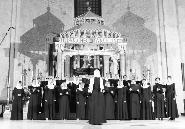 Выступление хора Регентской школы при МПДАиС  в базилике святителя Николая в Бари