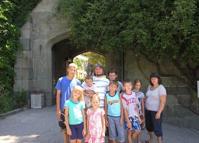 «Приемные родители должны быть бесконечными авантюристами» — отец 13 детей священник Андрей Пинчук