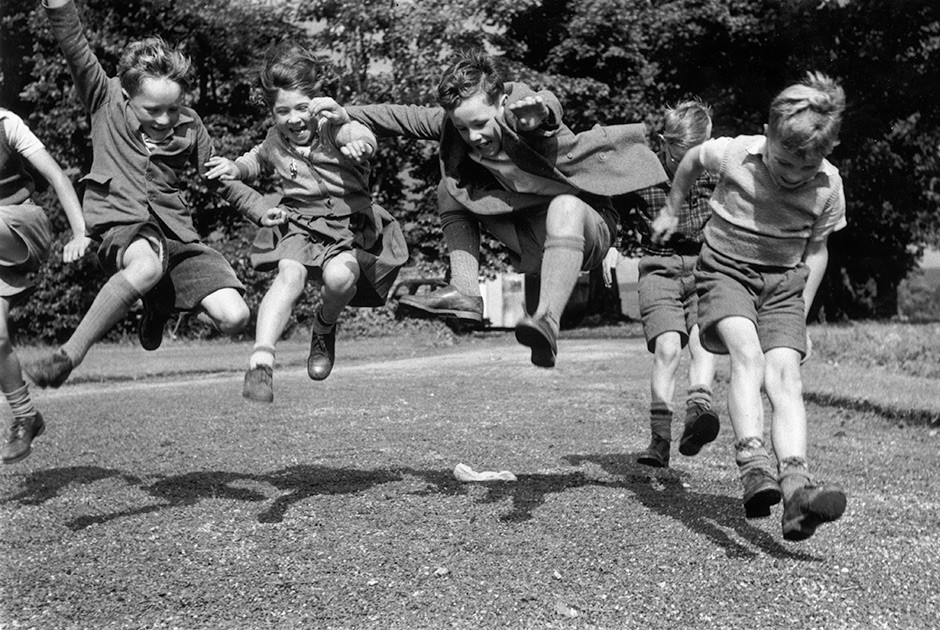 Thurston Hopkins / Picture Post / Getty Images / Fotobank Июль 1955 года. Дети проверяют на прочность обувь от Clark's Shoe Company