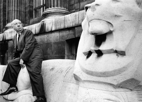 Thurston Hopkins / Picture Post / Getty Images / Fotobank 29 января 1955 года. Режиссер Альфред Хичкок возле здания Британского музея в Лондоне.