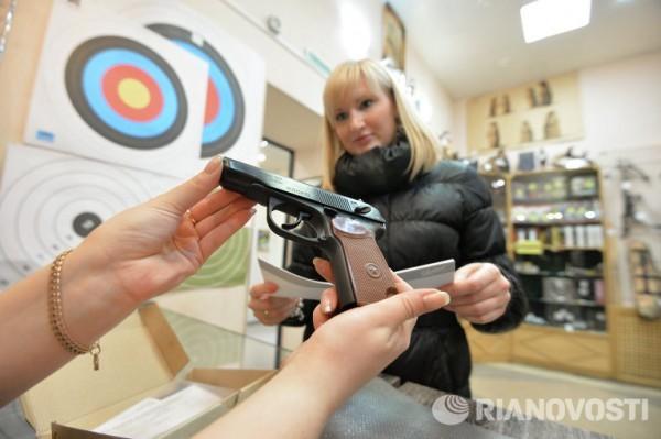 Правительство разрешило россиянам носить оружие в целях самообороны