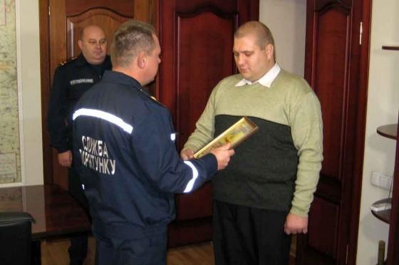 В Днепропетровске охранник магазина спас во время пожара двухлетнего малыша