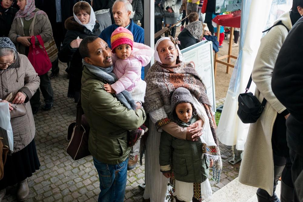 Немецкая семья смотрит трансляцию богослужения