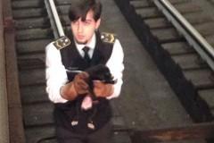 Машинист московского метро спас упавшего на рельсы щенка