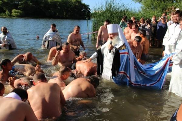 Массовое крещение на реке Свияга. Фото: simbeparhia.ru