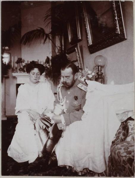 Император и Императрица читают телеграммы с пожеланиями выздоровления цесаревича наследника Алексея