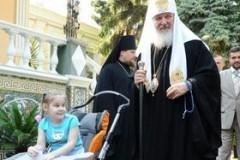 Патриарх Кирилл поддерживает переписку с девочкой, страдающей ДЦП