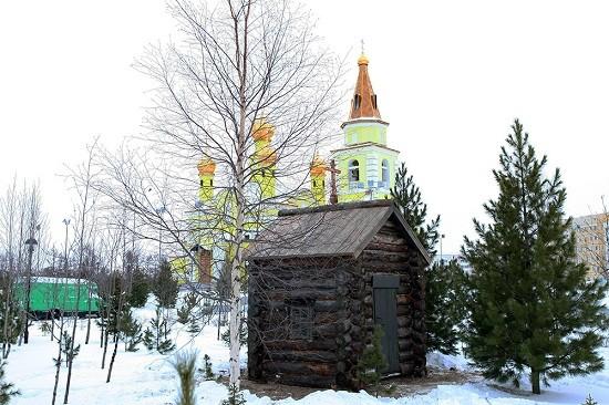 На территорию надымского Свято-Никольского храма перенесли часовню XIX века