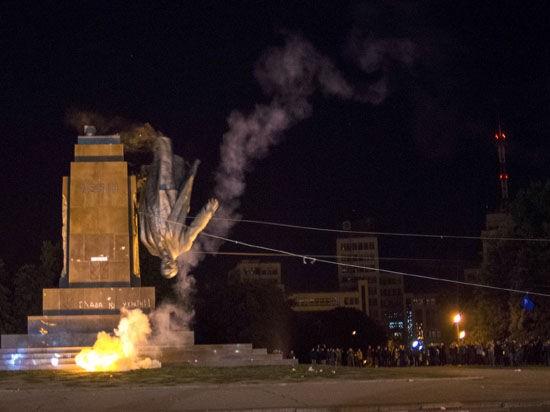 Большинство россиян осуждает уничтожение памятников Ленину на Украине