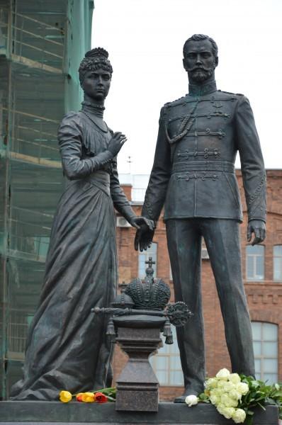 Памятник Николаю II и Александре Федоровне в Санкт-Петербурге