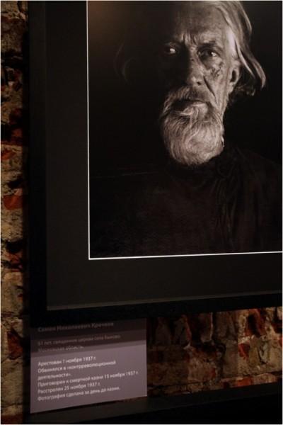 Семён Николаевич Кречков, 61 год, священник церкви села Быково, Московская область. Арестован 1 ноября 1937 г. Обвинялся в «контрреволюционной деятльности». Приговорён к смертной казни 15 ноября 1937 г. Расстрелян 25 ноября 1937 г. Фотография сделана за день до казни.
