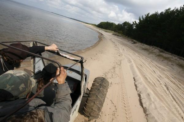 Крестят Аркадия прямо в водах Онеги. До места добираемся на вездеходе «Черная каракатица». Еще в монастыре есть яхта «Беда»