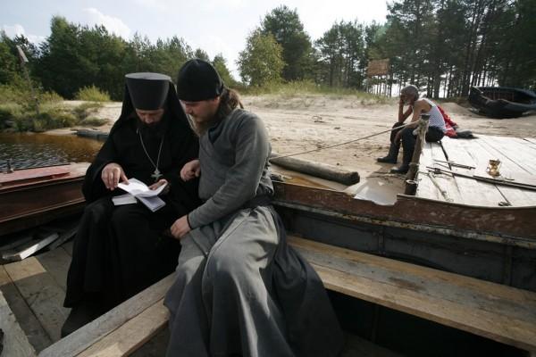 –Ты же видел, как он крестит? –Я то видел, отче, но я же в требник к нему не заглядывал.