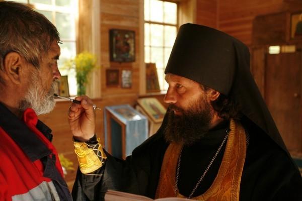 По незнанию отец Лазарь помазывает Аркадия елеем вместо мира