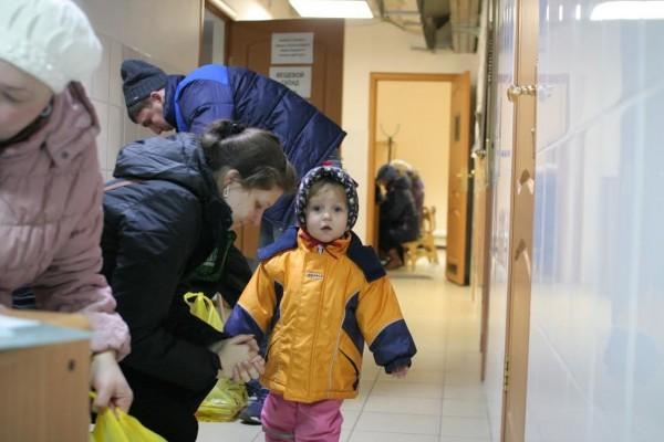 При храме в Новокосино ежедневно оказывают помощь 130-140 беженцам