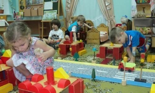 Детей медиков предложили брать в детсады без очереди