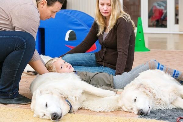 Рома, его мама Ольга и «живая люлька» - собаки Ника и Джой