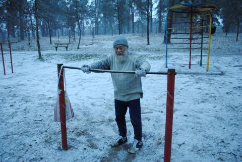 76-летний настоятель Ольгинского храма в Киеве на утренней зарядке в зимнем парке