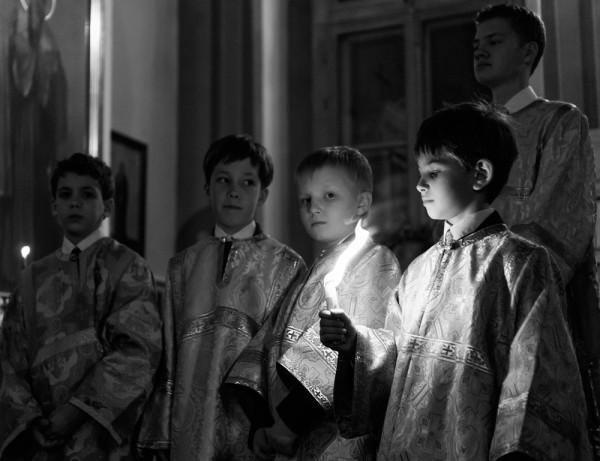 Благодатный Огонь из Иерусалима в руках маленьних алтарников в Пасхальную ночь