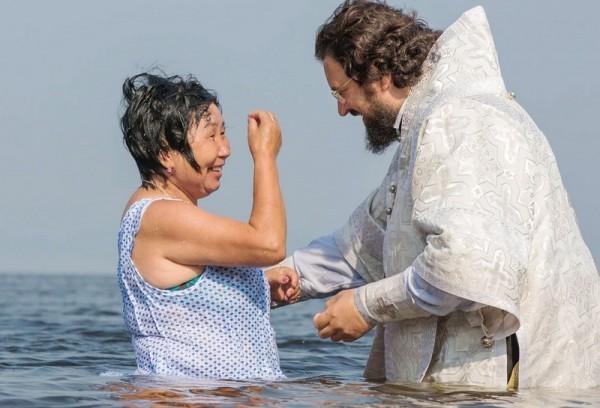 Крещение на берегу реки Лены. Фото Анны Гальпериной