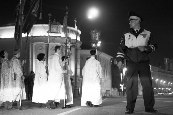 Крестный Ход на Пасху в Татьянинском. Полицейский перекрывает движение по Моховой для того, чтобы все могли безопастно пройти